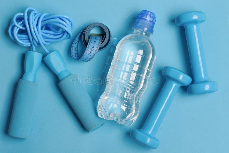 Van de gezondheidsregime en geschiktheid symbolen Springtouw, water, maatregelenband stock fotografie