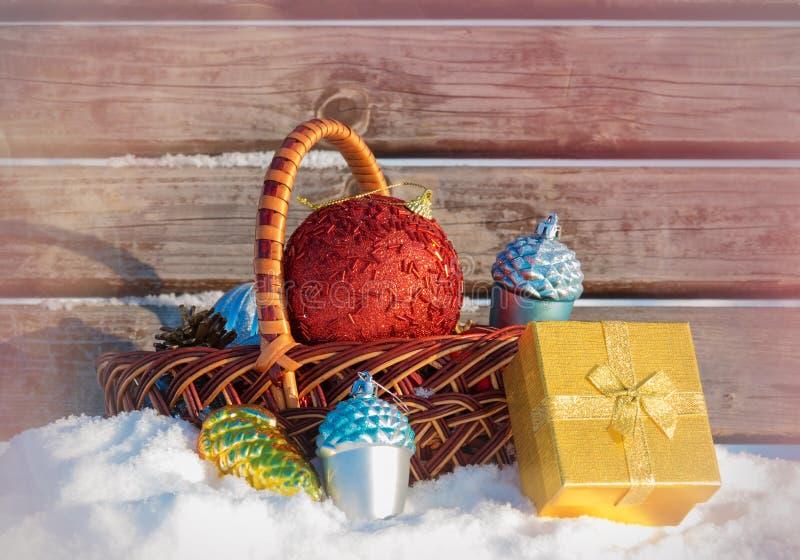 Van de giftdoos en Kerstmis van Godenkerstmis decoratie in rieten mand stock afbeeldingen