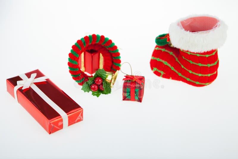 Van de giftdozen en decoratie geïsoleerde Kerstmisdag en Nieuwjaar royalty-vrije stock afbeeldingen