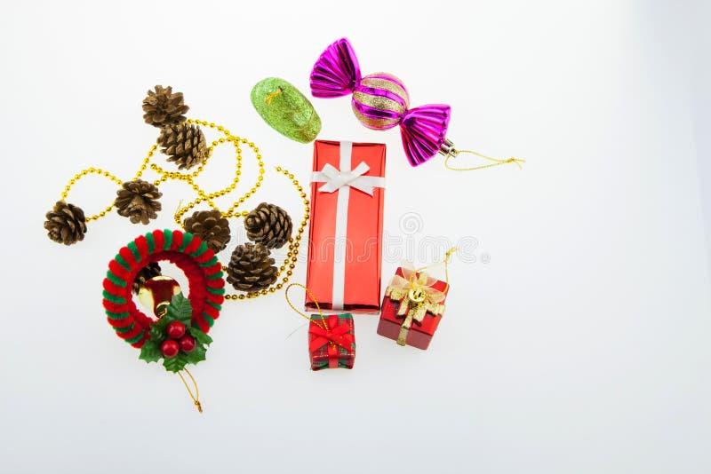 Van de giftdozen en decoratie geïsoleerde Kerstmisdag en Nieuwjaar ` s stock afbeelding