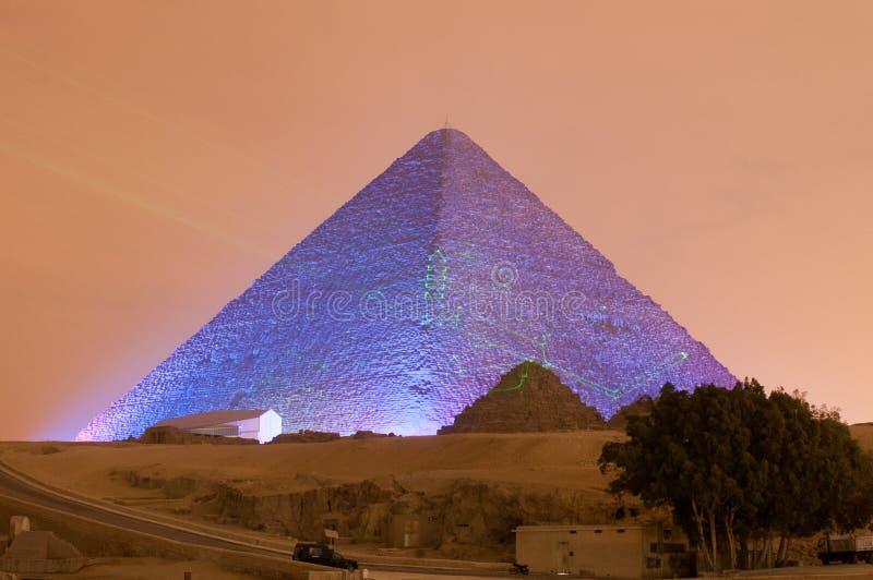 Van de Gizapiramide en Sfinx het Licht toont bij Nacht - Kaïro, Egypte stock foto