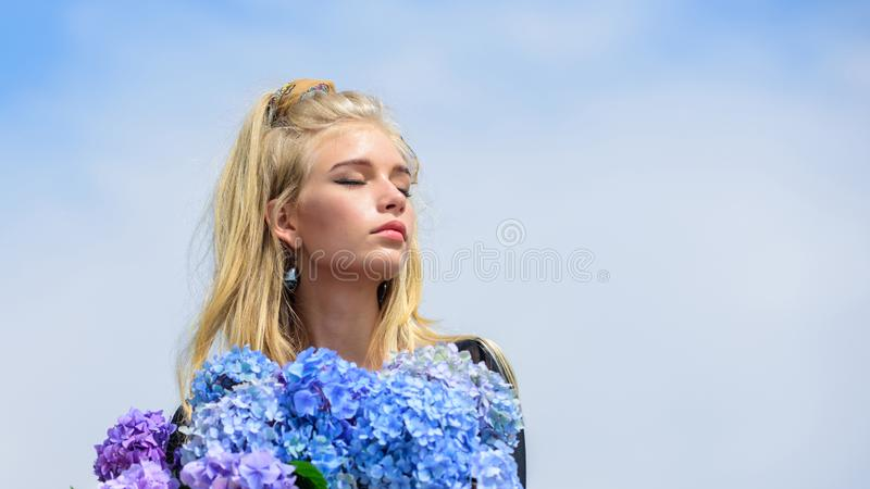 Van de de greephydrangea hortensia van de meisjes teder mannequin de bloemenboeket Make-up en manierstijl De modetrendlente Ontmo royalty-vrije stock fotografie