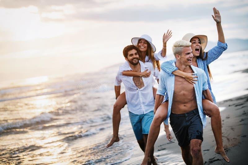 Van de de groepsvakantie van de vriendschapsvrijheid van de het strandzomer de vakantieconcept stock afbeeldingen