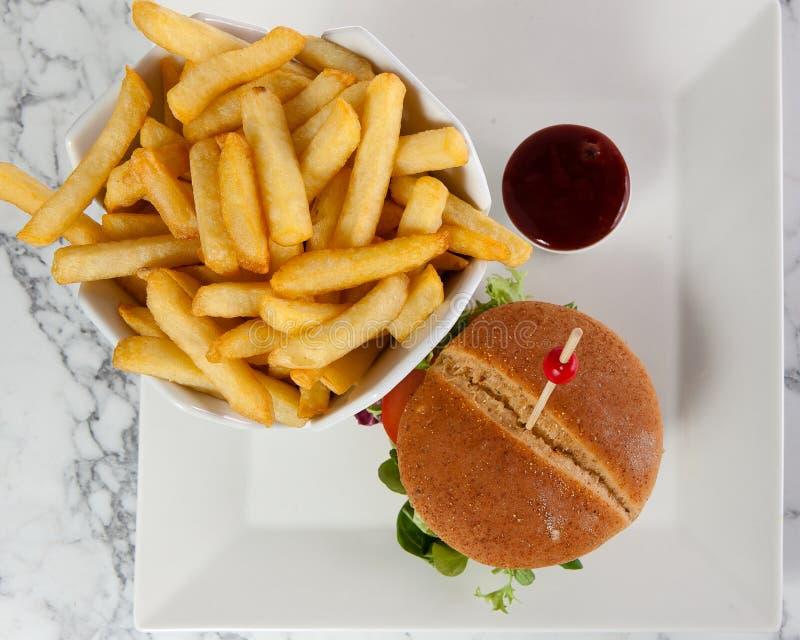 Van de hamburgerfrieten van de rundvleeskaas de tomatenketchup stock foto's