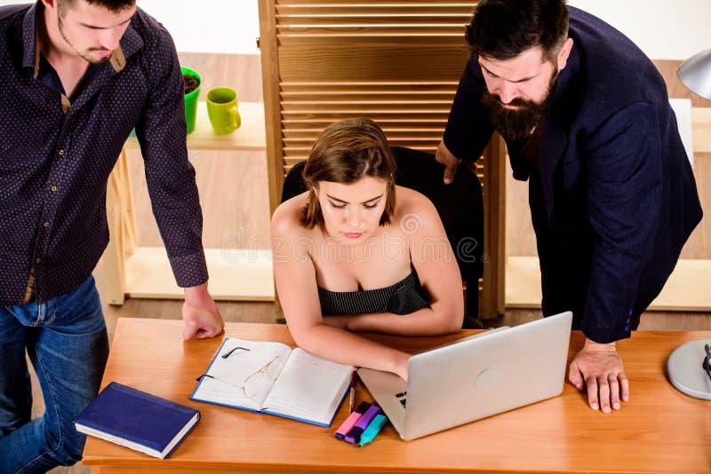 Van de handelsconferentie Bedrijfsberoeps die videoconferentie op laptop houden Mensen die en werken communiceren bij stock afbeelding