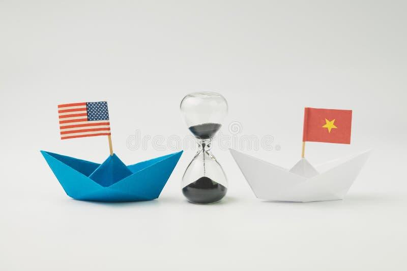 Van de de handelsoorlog van de V.S. en van China het financiële concept van de het tariefstrategie, hourgl stock afbeeldingen