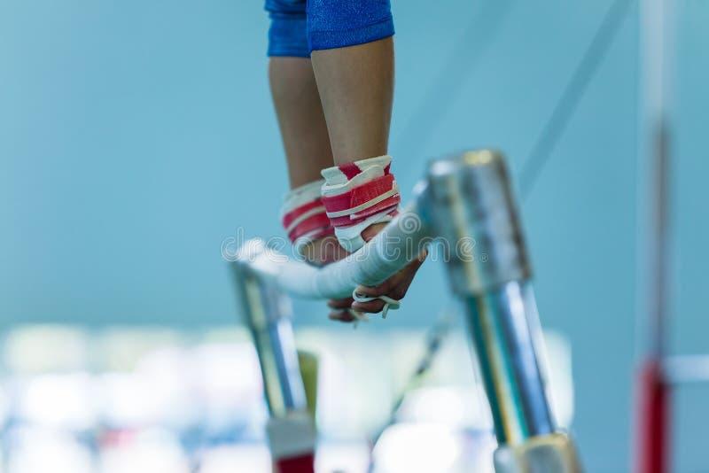 Van de de Handenbar van het gymnastiekmeisje de Close-up van Stength royalty-vrije stock fotografie