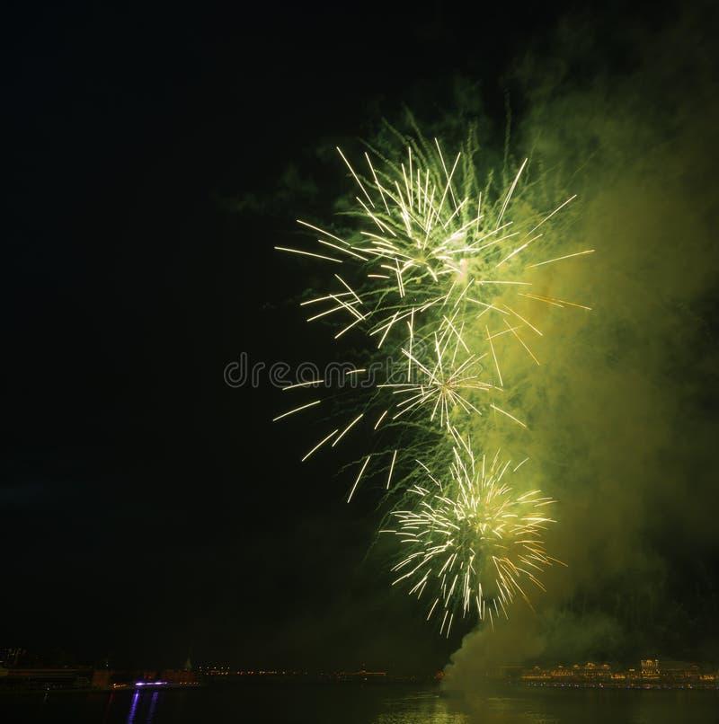 Van de de hemel het heldere explosie van de nachtstad groene vuurwerk stock afbeeldingen
