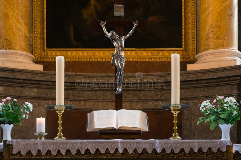 Van de het Altaarverering van het bijbel Godsdienstig Podium Binnenlands de Kerk Heilig Boek B royalty-vrije stock foto's