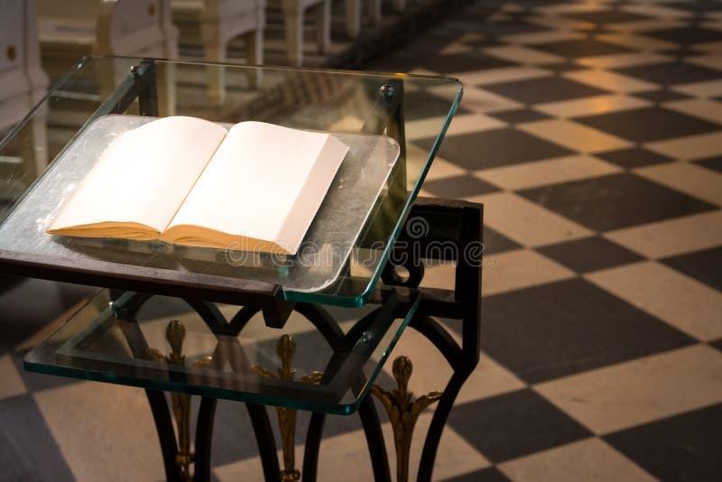 Van de het Altaarverering van het bijbel Godsdienstig Podium Binnenlands de Kerk Heilig Boek B stock afbeelding