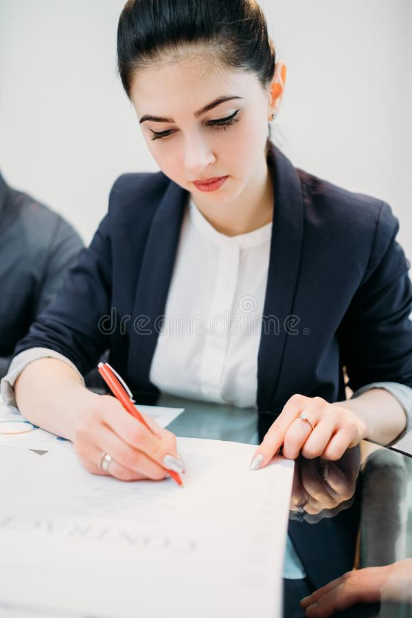 Van de het bedrijfs contractclose-up van het vrouwenteken wettelijke overeenkomst stock afbeelding