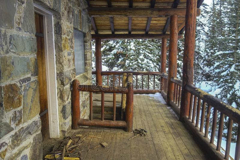 Van de het Blokhuis de Houten Portiek van het theehuis Bergen van Forest Winter Snow Canadian Rocky stock foto