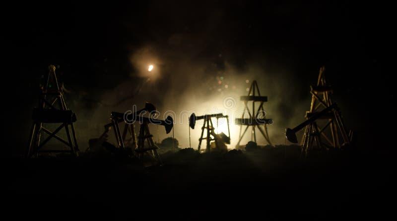 Van de het booreilandenergie van de oliepomp de industriële machine voor aardolie, Groepsboorplatforms en helder aangestoken indu royalty-vrije stock foto's