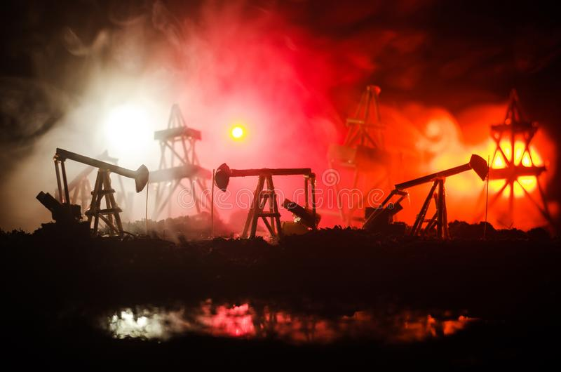Van de het booreilandenergie van de oliepomp de industriële machine voor aardolie, Groepsboorplatforms en helder aangestoken indu stock fotografie
