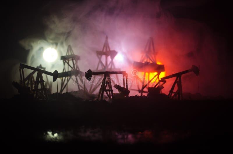 Van de het booreilandenergie van de oliepomp de industriële machine voor aardolie, Groepsboorplatforms en helder aangestoken indu royalty-vrije stock afbeeldingen