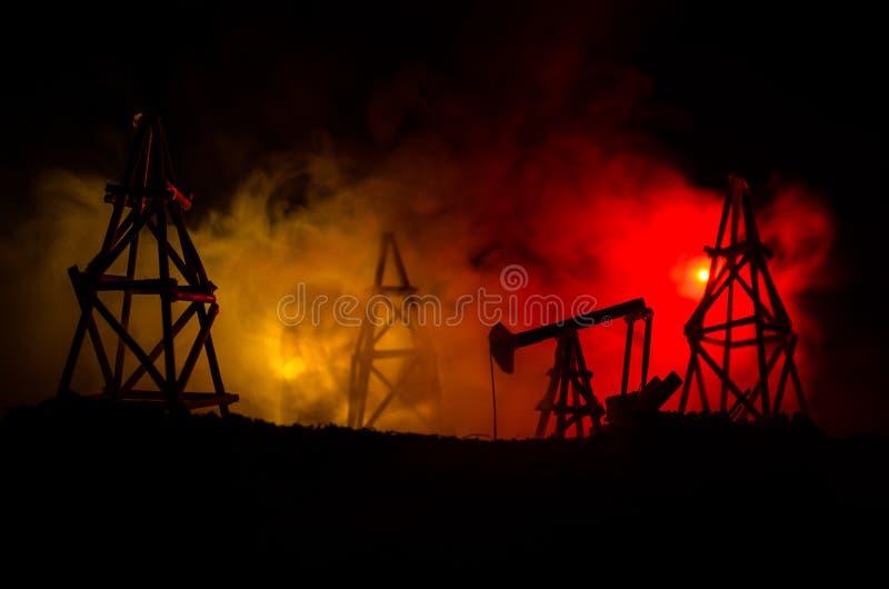 Van de het booreilandenergie van de oliepomp de industriële machine voor aardolie, Groepsboorplatforms en helder aangestoken indu royalty-vrije stock fotografie