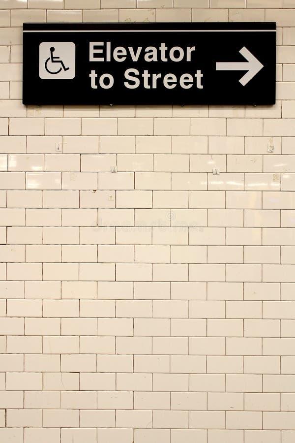 Van de het Centraal stationmetro van New York het richtingteken op tegelmuur royalty-vrije stock fotografie