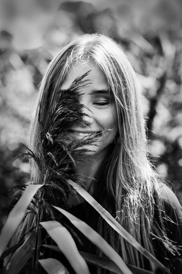 Van de het gelukglimlach van de Blackwhiteeerlijkheid het blondemeisje op natuurlijke achtergrond royalty-vrije stock afbeeldingen