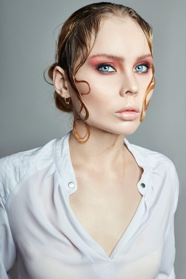 Van de het haar heldere mooie kunst van het vrouwenblonde de natte close-up van het de make-upportret Perfecte gezichtshuidhydrat stock afbeelding