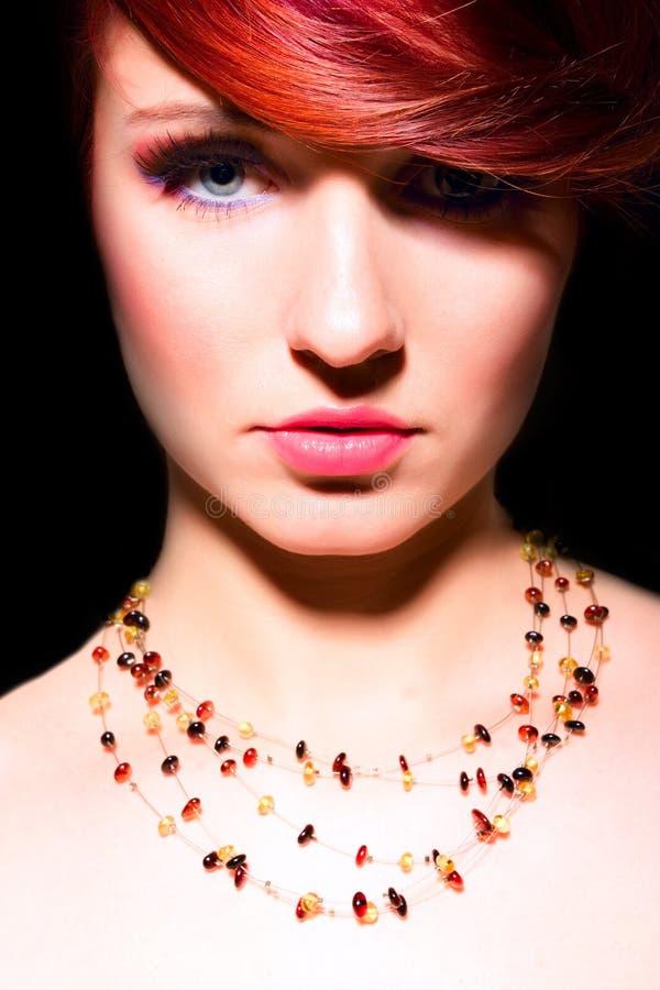 Van de het haarvrouw van de schoonheid de rode make-up van het de aantrekkingskrachtportret royalty-vrije stock foto