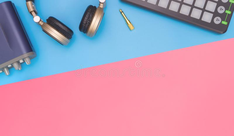 Van de het huisstudio van DJ het materiaal hoogste mening over blauwe roze exemplaarruimte royalty-vrije stock afbeelding
