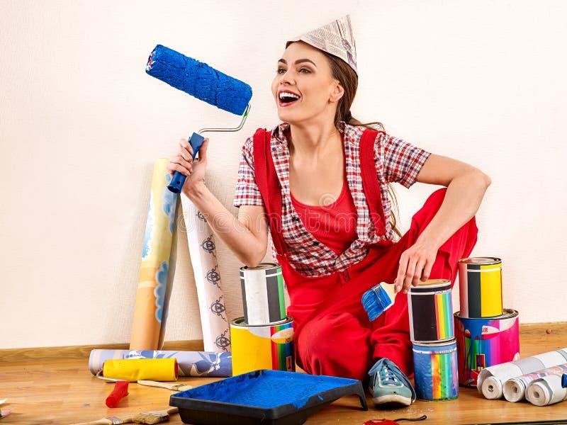 Download Van De Het Huisvrouw Van De Schildersreparatie De Rol Van De De Holdingsverf Voor Behang Stock Foto - Afbeelding bestaande uit kleurrijk, kleur: 107706768