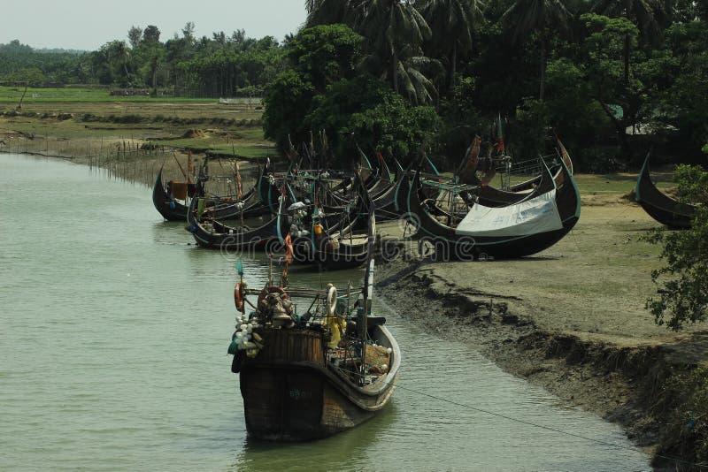 Van de het kanaalrubberboot van Inanirizu de boothaven van Bangladesh Cox& x27; s Bazar stock foto's