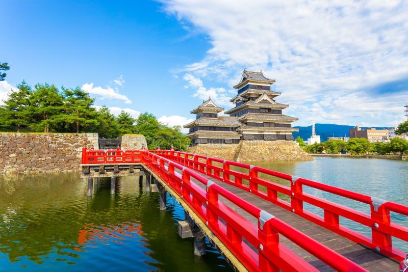 Van de het Kasteel Rode Brug van Matsumoto de Grachtvoorgrond H royalty-vrije stock foto