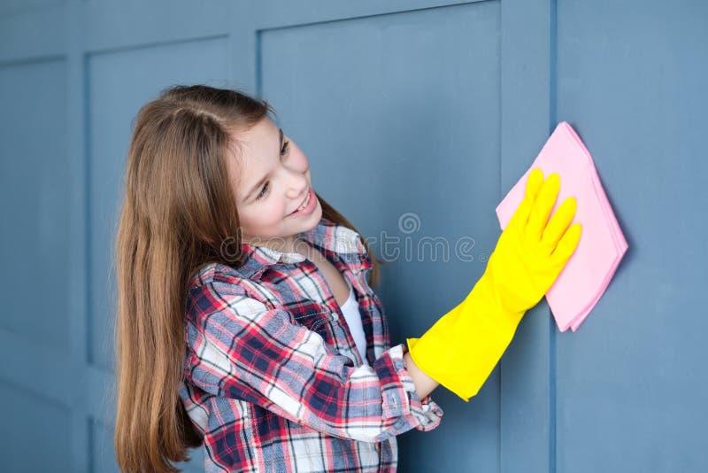 Van de het kindhulp van huishoudenplichten het meisjes schoonmakend huis royalty-vrije stock foto's