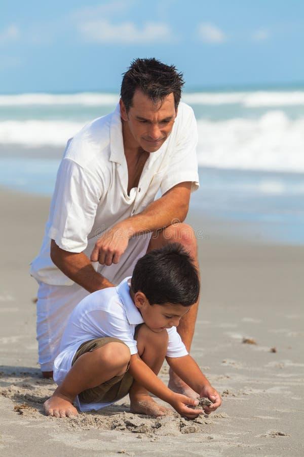 Van de het Kindzoon van vaderparent male boy de Pret van het de Familiestrand stock foto