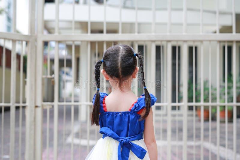 Van de het meisjesholding van het close-upkind het staalomheining Achter mening royalty-vrije stock afbeeldingen