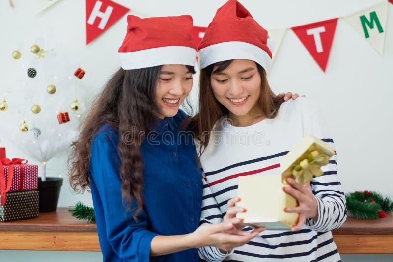 Van de het meisjesvriend van Azië open gouden de giftdoos samen in Kerstmis en nieuwe jaarpartij, het seizoengebeurtenis van de V royalty-vrije stock afbeeldingen