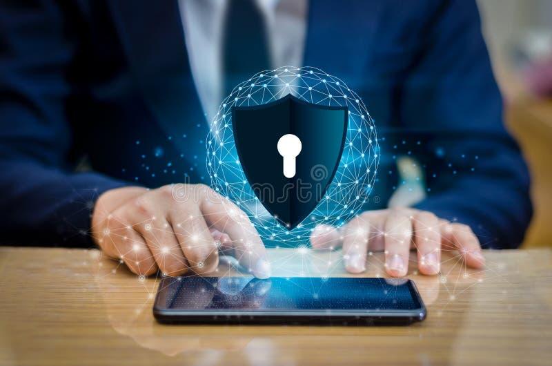 Van de het netwerkplaneet van de aardeveelhoek de de Wereldzakenlieden schudden handen om informatie in cyberspace te beschermen  stock afbeelding