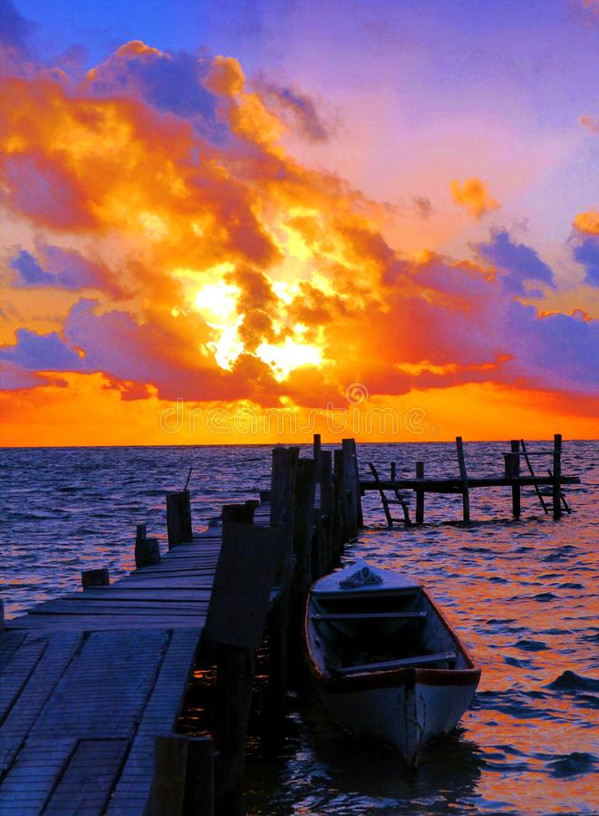 Van de het panorama oceaanzomer van het zonsondergangstrand de tijdvakantie royalty-vrije stock foto