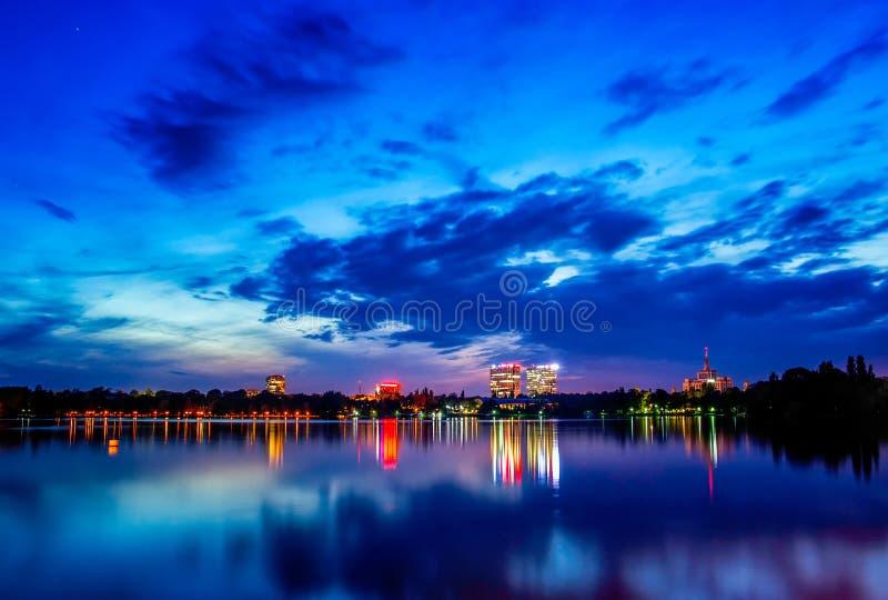 Van de het parkarchitectuur van Boekarest de nachtspruit bij blauw uur royalty-vrije stock fotografie