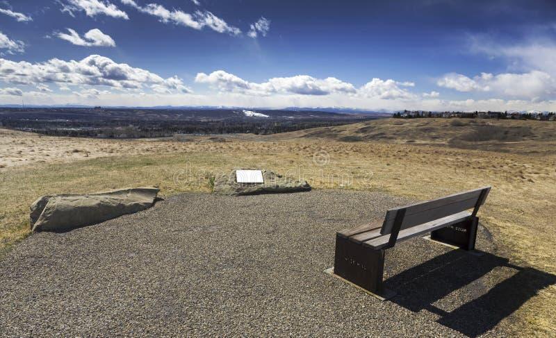 Van de het Parkbank van de slangheuvel de Prairiesweide Canadees Rocky Mountain Foothills Calgary Alberta royalty-vrije stock afbeeldingen