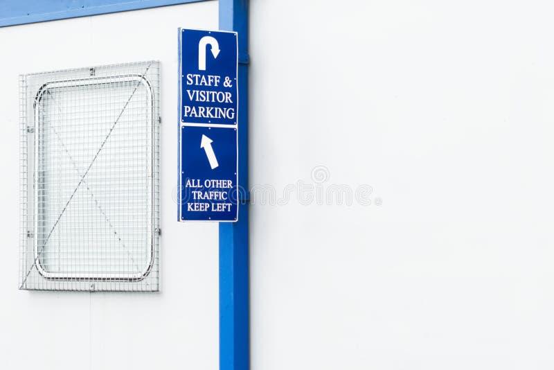 Van de het parkerenrichting van de personeelsbezoeker de pijlteken bij werkplaatsbureau draagbare de bouwingang stock afbeelding