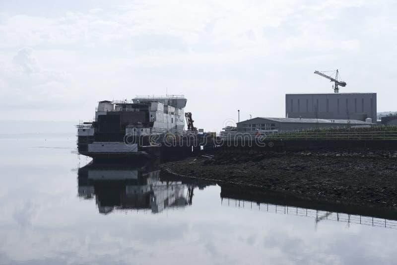 Van de het schipbouw van het scheepsbouwschip de vooruitgang en de kraan bij de haven van het havendok herbergen steiger in overz royalty-vrije stock fotografie