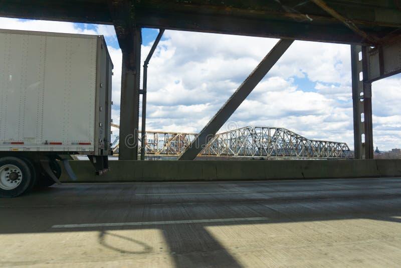 Van de het staalbrug van Cincinnati van de wegreis de wegschot royalty-vrije stock foto's