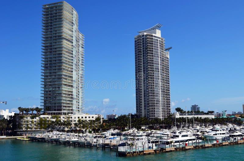 Van de het Strandluxe van Miami het Flatgebouw met koopflatstorens op de Kusten van de Intra-Coastal Waterweg stock afbeeldingen