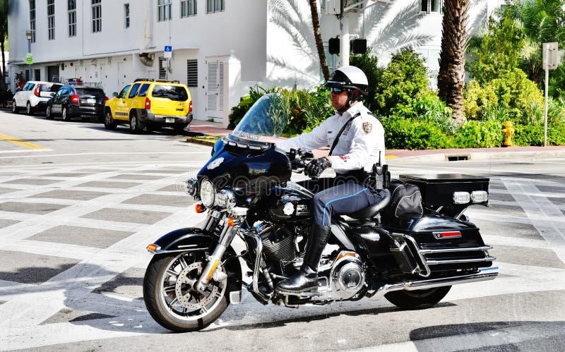 Van de het strandv.s. van Miami van de staat van Florida de politiemanfiets stock afbeelding