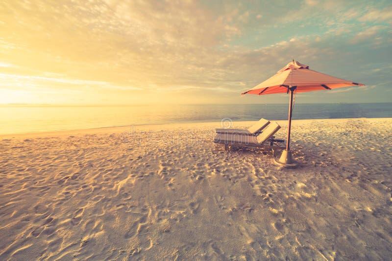 Van de het toerismevakantie van het de zomerstrand van de de achtergrond vakantiereis concept Het ontspannende romantische paar v royalty-vrije stock afbeelding