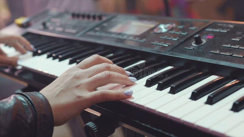 Van de het toetsenbordsynthesizer van MIDI de pianosleutels voorraad Vrouw die de synthesizer spelen Een achtergrond van het muzi royalty-vrije stock foto