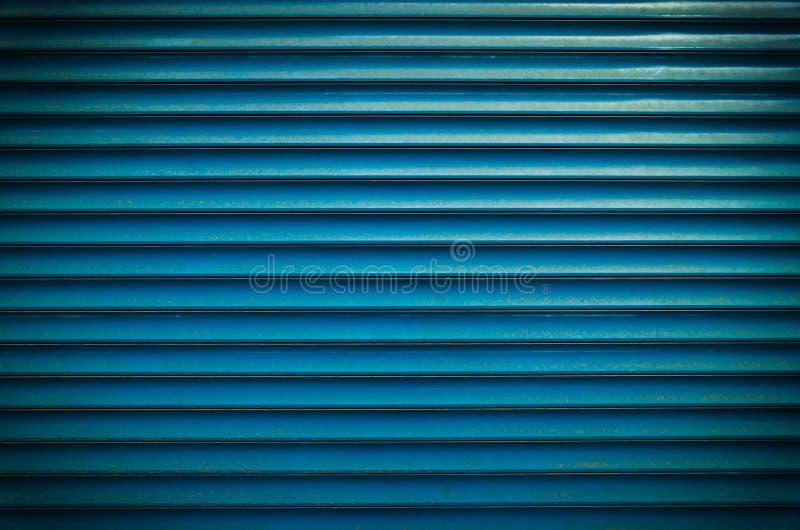 Van de het vensterrol van het wintertalings blauwe geschilderde horizontale metaal het blindzonneblinden of van garagedeuren text royalty-vrije stock foto