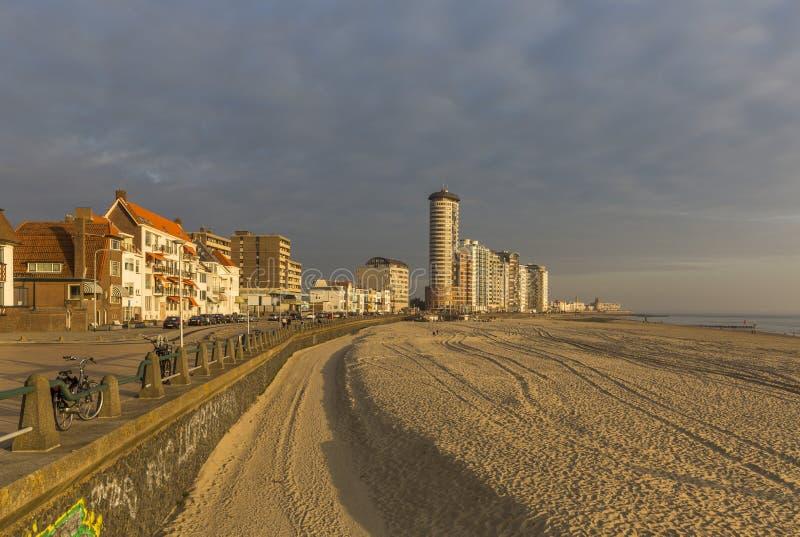 Van de van het Vlissingenpromenade, strand en kustlijn wolkenkrabbers op zonsondergang royalty-vrije stock afbeelding