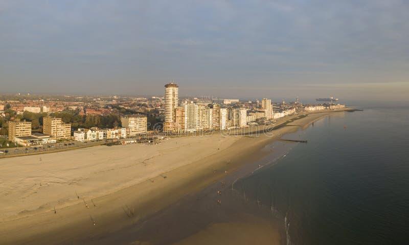Van de van het Vlissingenpromenade, strand en kustlijn wolkenkrabbers op zonsondergang stock foto