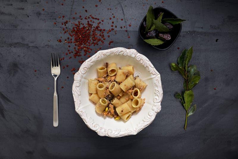 Van de het Voedsel zilveren vork van de luxestijl ceramische barokke de schotel Spaanse peper royalty-vrije stock foto