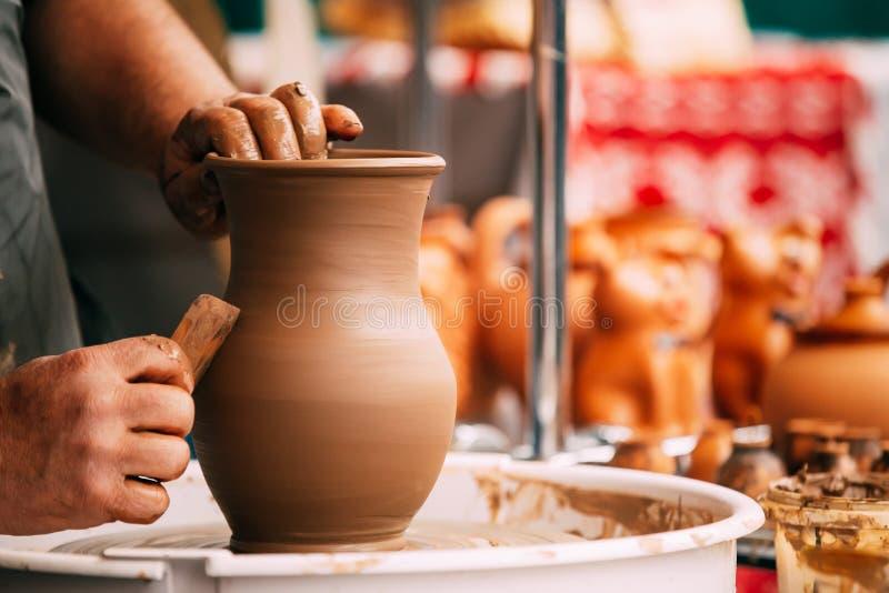 Van de het wiel ceramische klei van de aardewerkambacht de pottenbakkers menselijke hand Proces van C royalty-vrije stock afbeelding