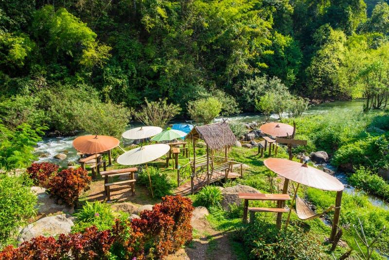 Van de het zonneschermlijst van de koffietuin de bos- stoel houten berg stock afbeeldingen