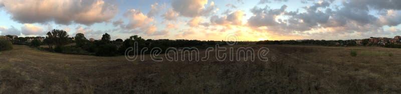 Van de heuveltramonto van zonsondergangwolken collina Nuvole stock afbeelding